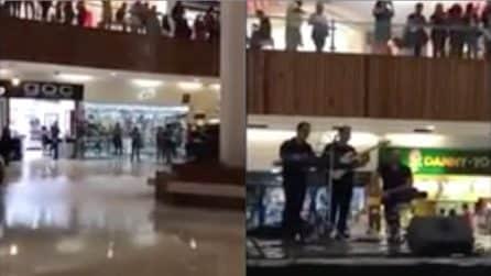 Il centro commerciale si allaga durante il concerto: accade l'impensabile