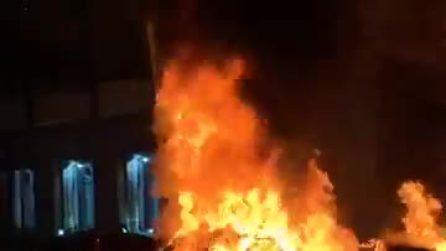 Auto a fuoco a Mergellina: grossa colonna di fumo visibile da Posillipo