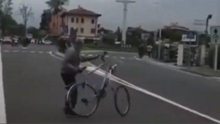 Follia al Giro d'Italia, un uomo getta una bici in strada al passaggio dei ciclisti
