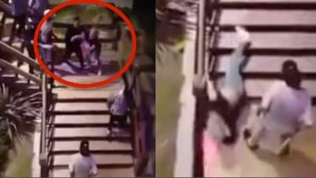 Guardia di sicurezza getta una donna giù dalle scale: la scena è terribile
