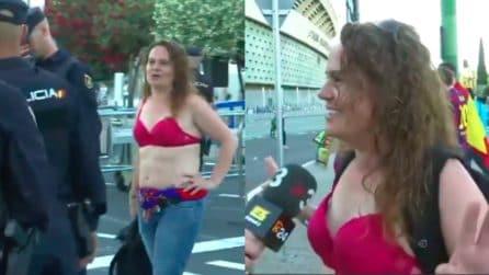 Barcellona-Valencia, poliziotti costringono donna a togliere la maglia: va allo stadio in reggiseno