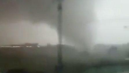 L'enorme tornado si abbatte sulla città: persone terrorizzate riprendono la scena