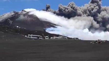 L'eruzione dell'Etna vista da pochi metri: la colonna di fumo è impressionante