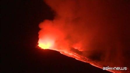 L'Etna torna a eruttare, le nuove spettacolari immagini notturne