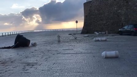 Trapani, vandali devastano la piazza: il video del disastro
