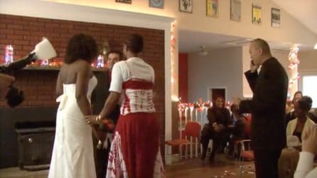Il prete interrompe il matrimonio per un motivo assurdo: la testimone interviene