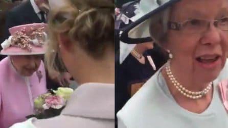 """Rompe il protocollo e regala fiori alla Regina: arriva il """"rimprovero"""""""
