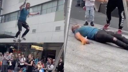 L'artista di strada cade durante l'esibizione: le urla e la paura del pubblico