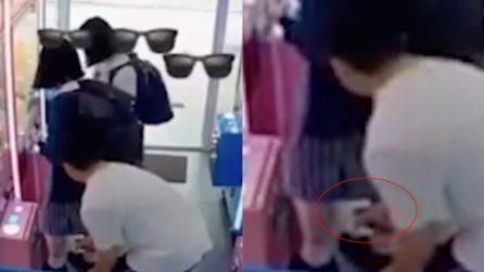 Fotografa sotto la gonna di una studentessa: il gesto disgustoso