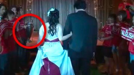 Gli sposi entrano in sala ma non sembra di essere a un matrimonio: quello che accade è pazzesco