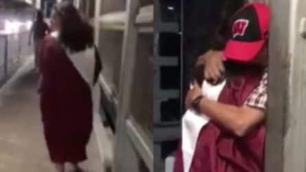Si diploma ma il suo papà non può superare la frontiera: il tenero abbraccio al confine