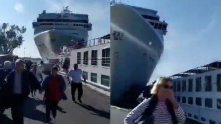 Venezia, nave da crociera colpisce battello: la fuga dei turisti