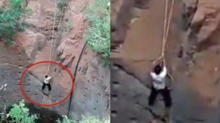 Precipita in un burrone profondo 50 metri: i disperati tentativi di salvataggio