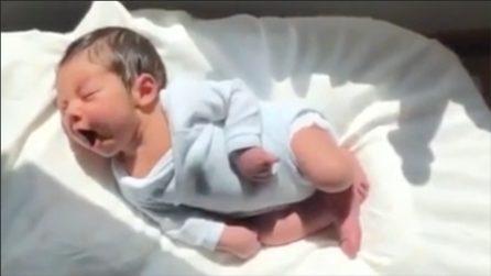 La mamma lo riprende mentre dorme: la scena tenerissima