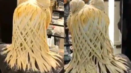 """Capelli come tagliatelle: la straordinaria """"invenzione"""" del parrucchiere"""
