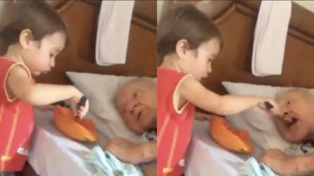 Il nonno anziano è a letto, il piccolo nipote si prende cura di lui: un amore grande