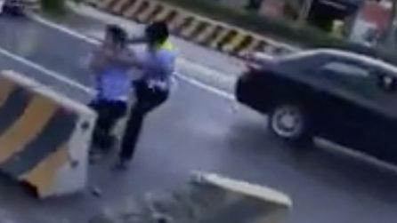 Lite in strada tra due poliziotti: volano calci e pugni nel traffico