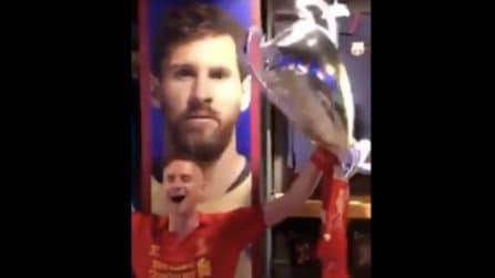 Tifosi del Liverpool cantano nello store del Barcellona: prendono in giro Messi e Coutinho