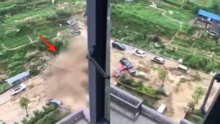 Un'inondazione improvvisa: il fiume di fango spazza via i veicoli