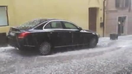Grandinata spaventosa a Ivrea: chicchi come palline da golf danneggiano le auto