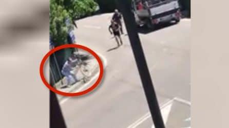 Il ciclista lo aggredisce, il pedone si vendica: l'incredibile scena a Reggio Emilia