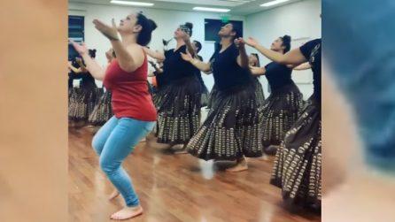 Ballo tradizionale in sincronia: il loro movimento ti ipnotizzerà