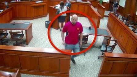 Il giudice lo ha appena condannato a 90 giorni di carcere, l'uomo scappa dal tribunale