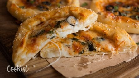 Mini stuffed crust pizza: crispy and delicious!