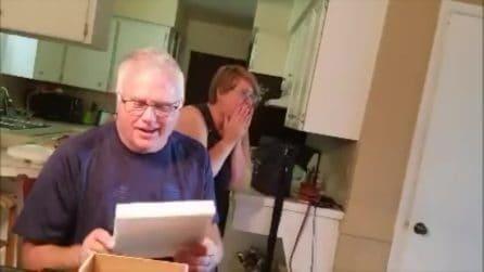 Fa un regalo ai genitori: ma quando aprono la scatola non possono credere al contenuto