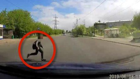 Studente attraversa la strada, donna lo investe: le immagini a bordo dell'auto