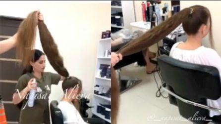 Ha dei capelli lunghissimi: ecco cosa combinano i suoi hair stylist