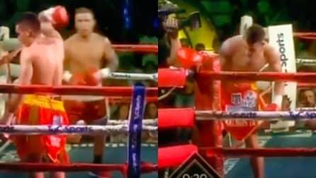 Il pugile è stanco e sfiduciato, così decide di scendere dal ring e andare via