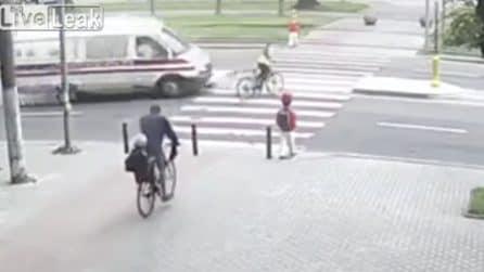 Indossa le cuffie e non sente l'ambulanza arrivare: ragazza viene investita mentre attraversa la strada