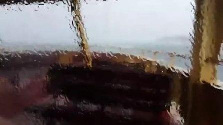 Il traghetto finisce nella tempesta: le immagini spaventose riprese dall'interno