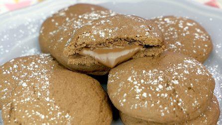 Biscotti al cacao con cuore di crema: si preparano in soli 15 minuti!