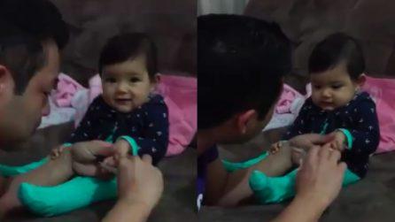 Papà vuole tagliare le unghie alla bimba: la sua reazione è dolcissima