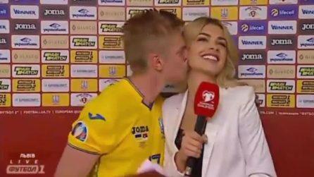 Zinchenko bacia la reporter in diretta tv e finisce nell'occhio del ciclone