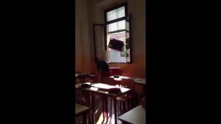 Mantova, studente lancia un banco dalla finestra della classe: il video della pericolosa bravata