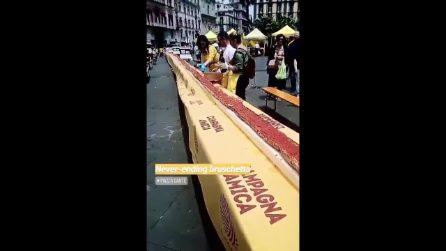 La bruschetta più grande del mondo realizzata a Piazza Dante: è lunga oltre 50 metri