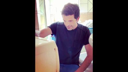 Napoli, Michele Caputo parla con una lavatrice: il comico al fianco dei lavoratori Whirlpool