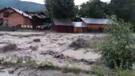 La piena del fiume è spaventosa: alluvione in piena estate