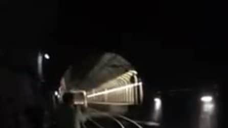 Treno della Cirum si guasta in galleria: passeggeri camminano al buio sui binari