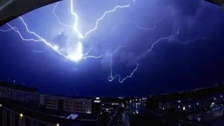 L'inquietante tempesta di fulmini: il temporale è impressionante