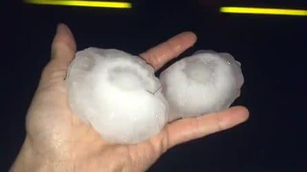 Chicchi di ghiaccio con dimensioni da record: le conseguenze della tremenda grandinata
