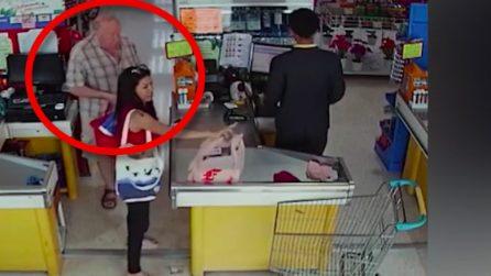 Donna paga al supermercato ma attenzione all'uomo dietro di lei