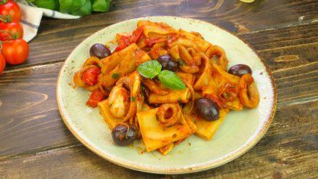 Paccheri con calamari, olive e pomodorini: un primo piatto di pesce facile e saporito!