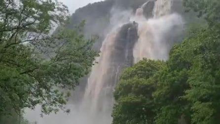 Maltempo in Lombardia, si forma una cascata imponente dopo le piogge