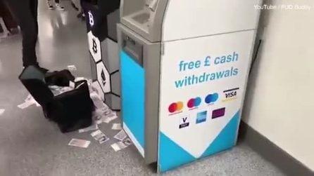 """Londra, bancomat """"impazzito"""" sputa centinaia di banconote"""