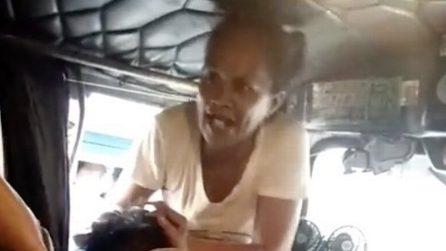 Lo sorprende in autobus con l'amante: la moglie impazzisce di rabbia