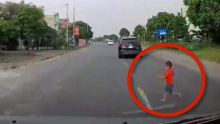 Bimbo attraversa la strada mentre gioca: le immagini fanno rabbrividire